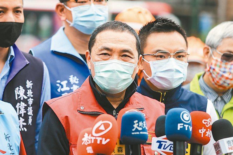 新北市長侯友宜昨到淡水老街視察消毒狀況。 記者林伯東/攝影
