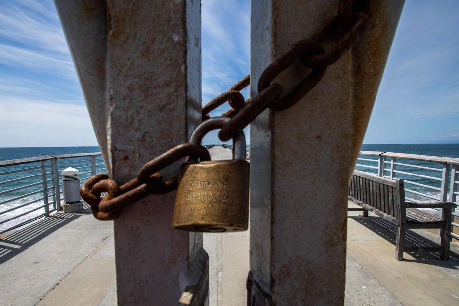居家避疫措施重創全球經濟,WTO八日發表最新全球貿易預測稱,全球正面臨「我們此生最嚴重的經濟衰退」,圖為封閉的加州海岸。(法新社)