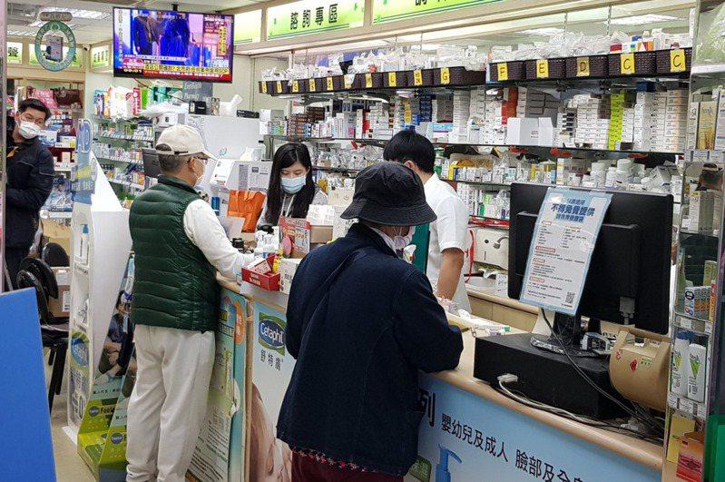 國內購買口罩實名制3.0上路,民眾已可購買較多數量口罩,外交部昨天宣布,啟動第二波國際人道援助行動。 記者翁浩然/攝影