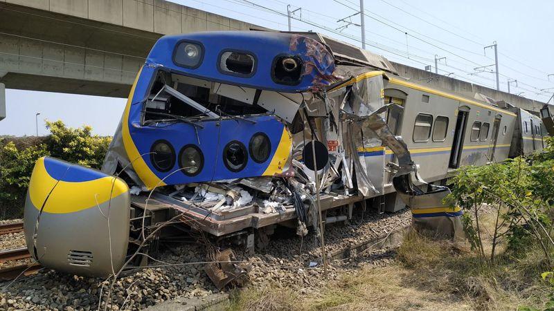 高雄楠梓火車撞上貨車,火車車頭嚴重毀損搶救中。記者劉學聖/攝影