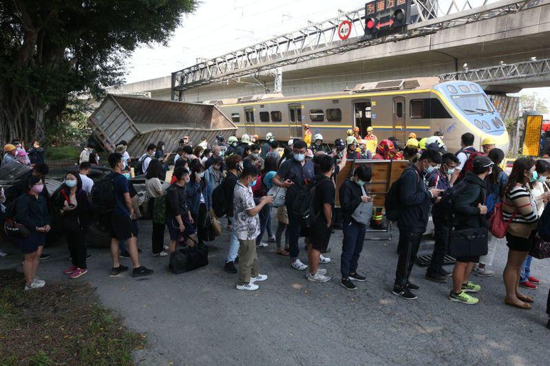 台鐵電聯車在楠梓路段撞上貨車出軌受損嚴重雙向封閉,大批乘客等待接駁。記者劉學聖/攝影