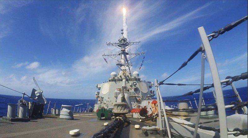 美軍勃克級飛彈驅逐艦貝瑞號(USS Barry - DDG 52)發射防空飛彈畫面。圖/貝瑞號臉書網頁