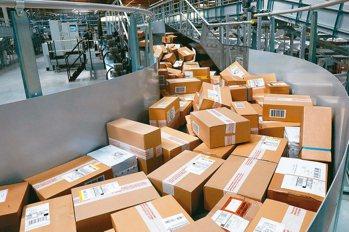 疫情蔓延,電商銷售逆勢成長,生意好到讓業者暫停24小時到貨服務,也改變了消費者購...