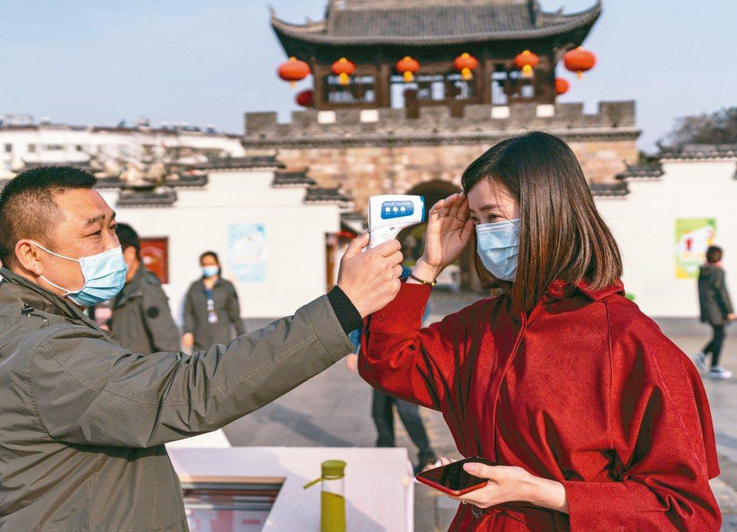 旅遊示意圖,圖為民眾要量體溫才能進入湖北屈原故里文化旅遊區。 新華社