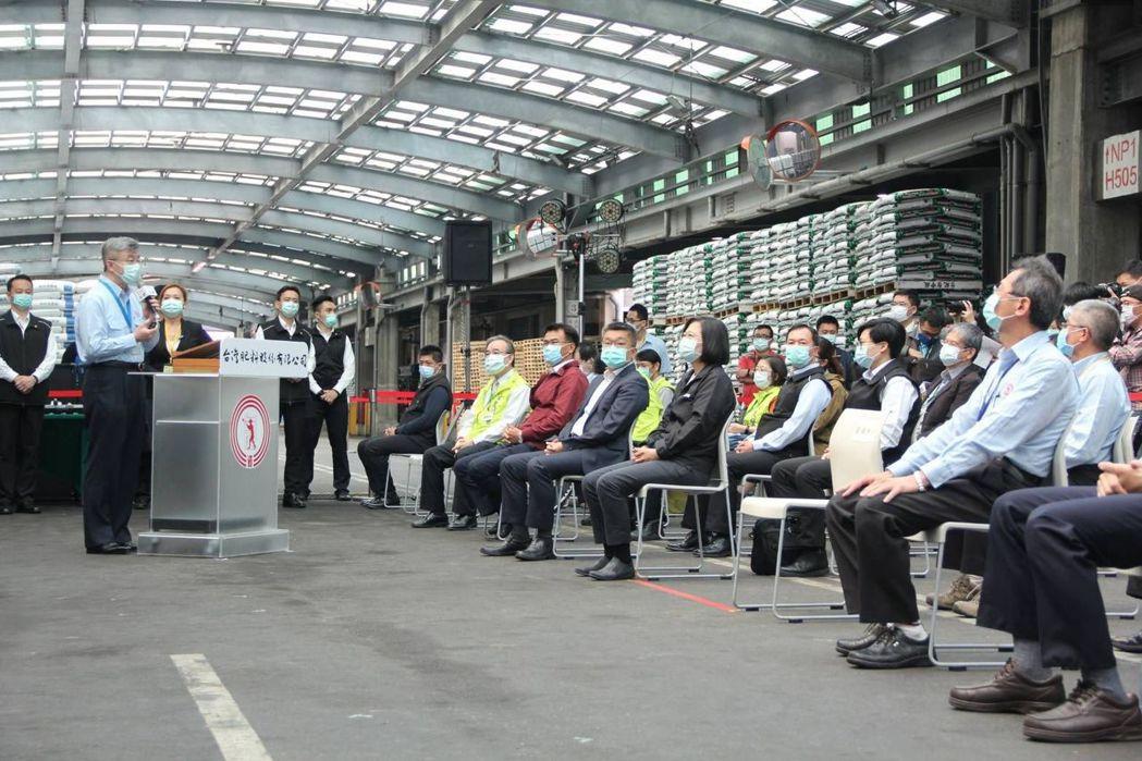 台肥董事長黃耀興(左)向總統報告肥料產銷現況   台肥公司/提供