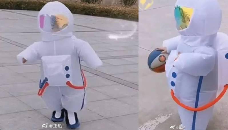 這名幼童穿著有如「太空衣」一樣的防護服,在路上搖搖晃晃,樣子十分惹人喜愛。圖擷自微博