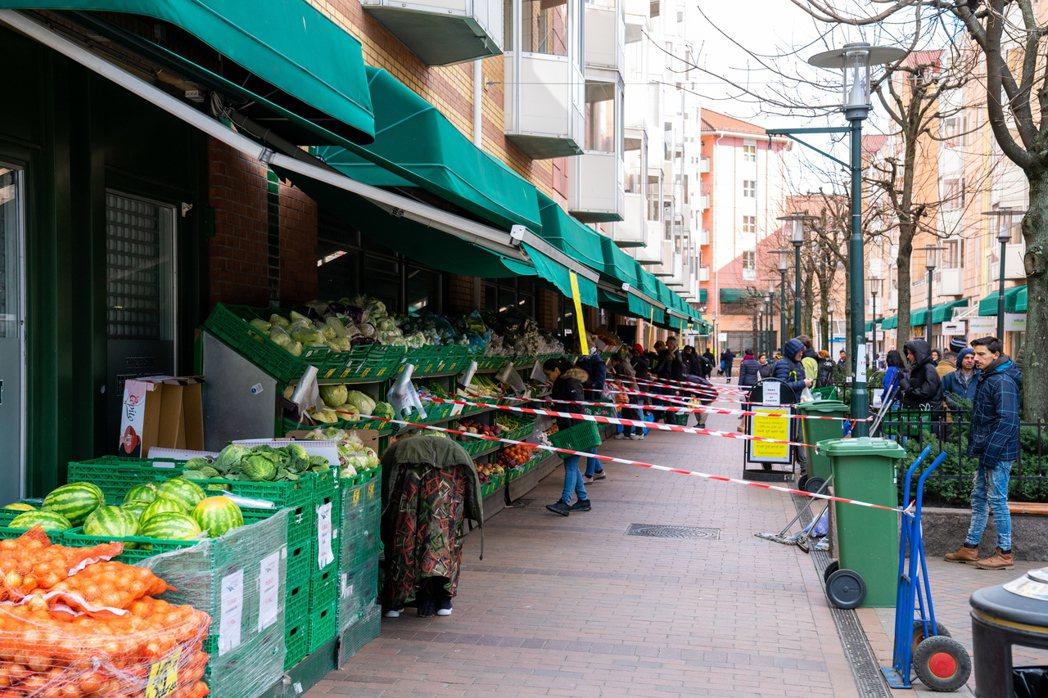 奧斯陸的蔬果超市配合防疫政策,限制消費者排隊動線。 圖/歐新社