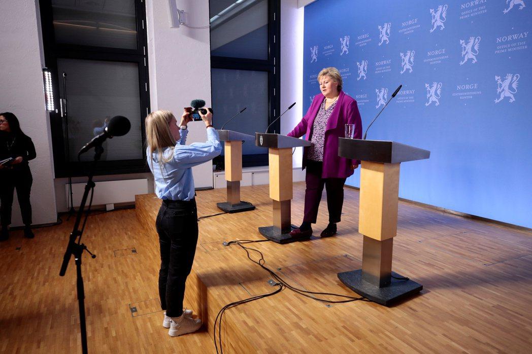 挪威總理瑟爾貝克召開兒童記者會,回答孩子們對疫情的各式問題。 圖/路透社