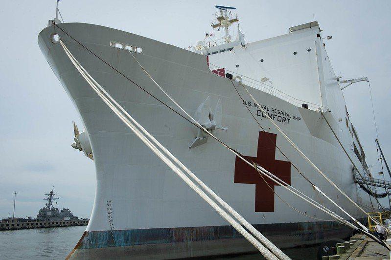 正規醫療艦上不能裝設任何武器外,全艦還必須採用白色塗裝和醒目的紅十字標記。 圖/取自美國海軍 flickr