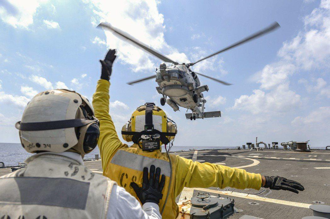 只能透過垂直空運接送傷患是目前美國海軍醫療艦的設計弱點。 圖/美國國防部