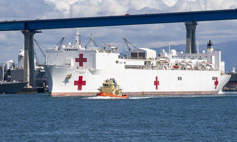 3月23日,慈悲號醫療艦駛離聖地牙哥基地,準備前往洛杉磯協助防疫工作。 圖/取自美國海軍 flickr