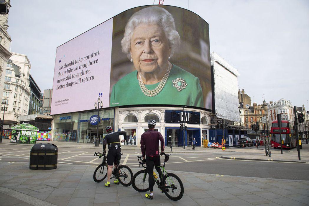 英國女王伊麗莎白二世於6日針對疫情發表特別演說,圖為倫敦的看板。 圖/美聯社
