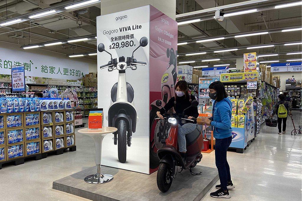 防疫期間民眾減少出門,但Gogoro改變銷售模式維持市場話題。 圖/Gogoro...