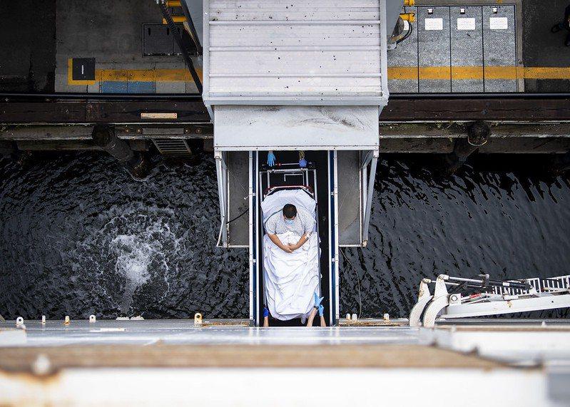 一名位於洛杉磯的患者被後送進慈悲號醫療艦進行救治。 圖/取自美國海軍 flickr