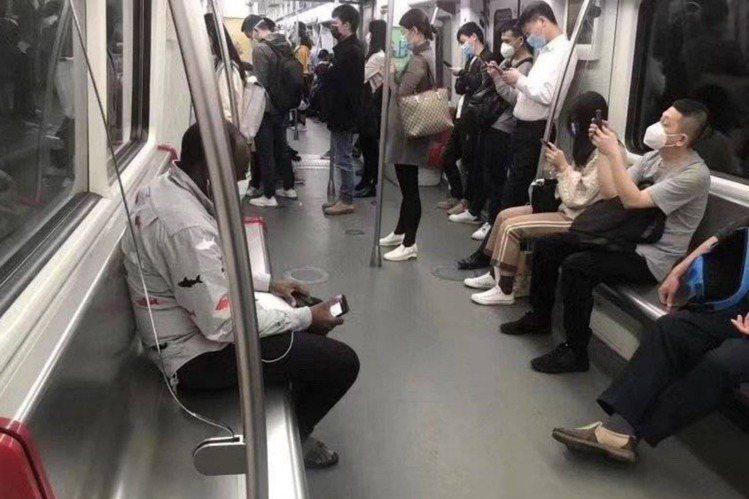 中國社群網路上近日又爆出各種來源不明的消息,以關鍵詞「#廣州黑人暴雷」指稱當地出...