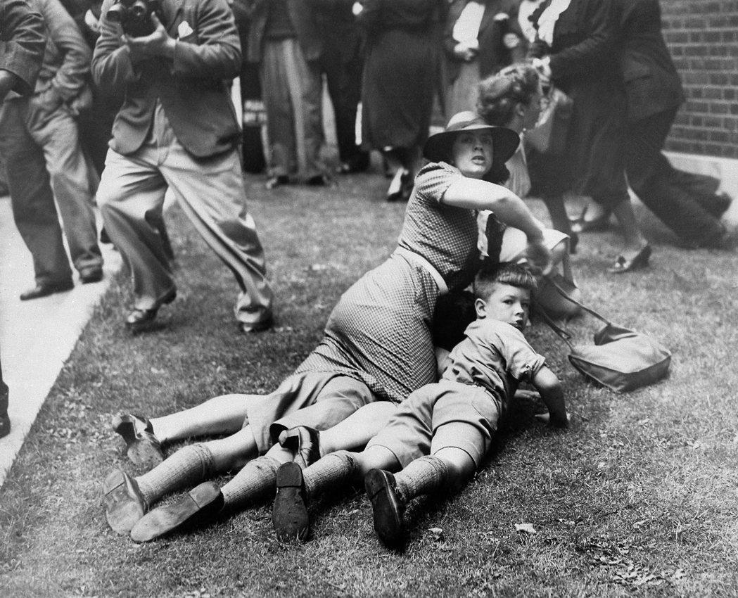 時任首相張伯倫,即便在德軍進攻前,就已注意到歐陸的戰爭氛圍,但當時英國政府的政策...