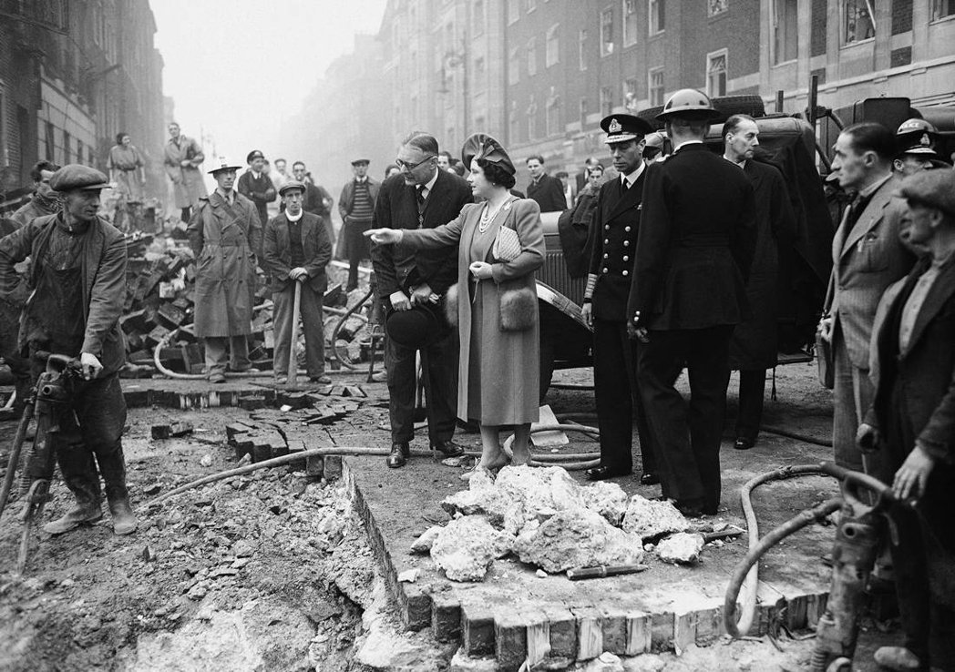 在倫敦大轟炸期間,德軍為了快速破壞英國軍工、製造業發展,特別集中火力在東倫敦的碼...