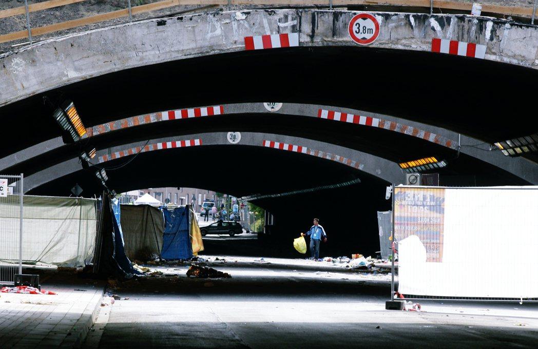 要進入活動會場,僅能經由一個長約400公尺,寬18公尺的雙向隧道,作為單一出入口...