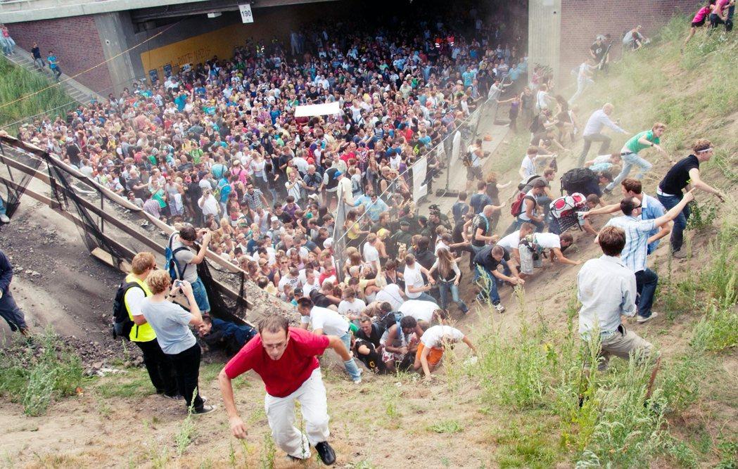 德國知名的 Love Parade 電音節,2010年7月發生嚴重的人踩人推擠事...