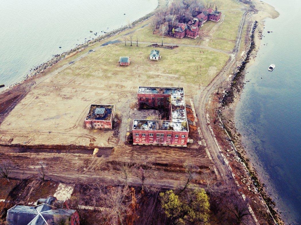 位於紐約海上的哈特島,長期都是紐約市矯正局的公地。在過去這裡曾是監獄、精神病院,...