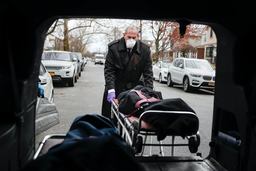 圖為紐約疫情下的送行者。 圖/美聯社