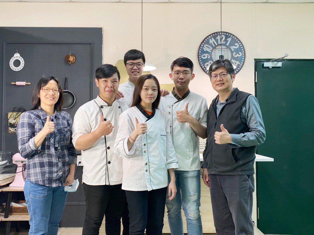 系主任賴素媛(左1)及指導老師郭炯村(右1)與四名優生合影。 中臺科大/提供。