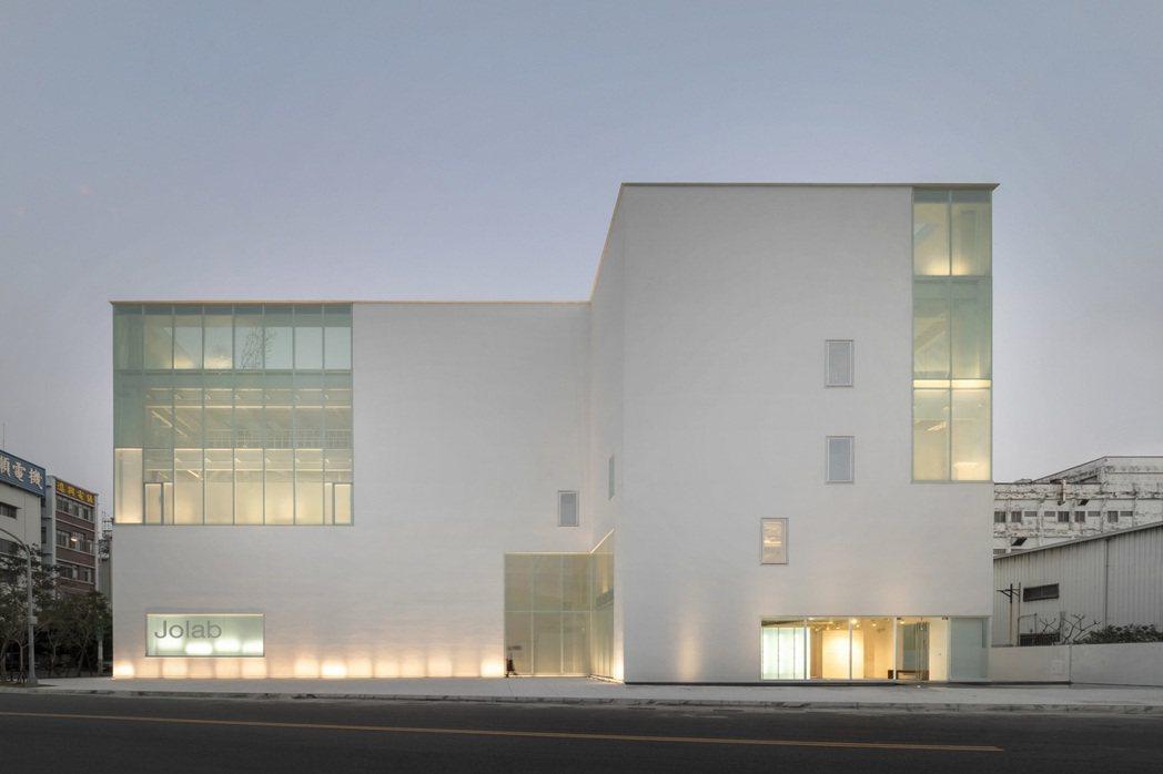 Jolab佐研院透過四層樓不同階段的設計,完整傳遞品牌美學。 佐見啦生技/提供