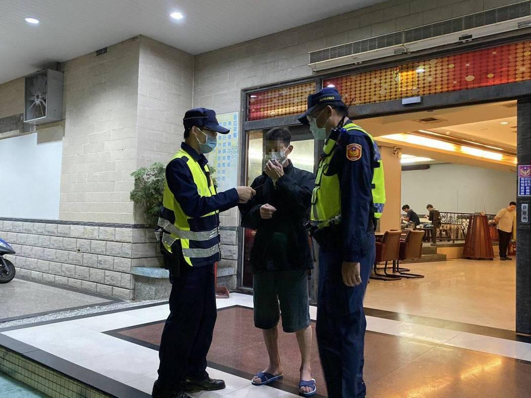 警方查居家檢疫、隔離趴趴走。圖/善化警方提供