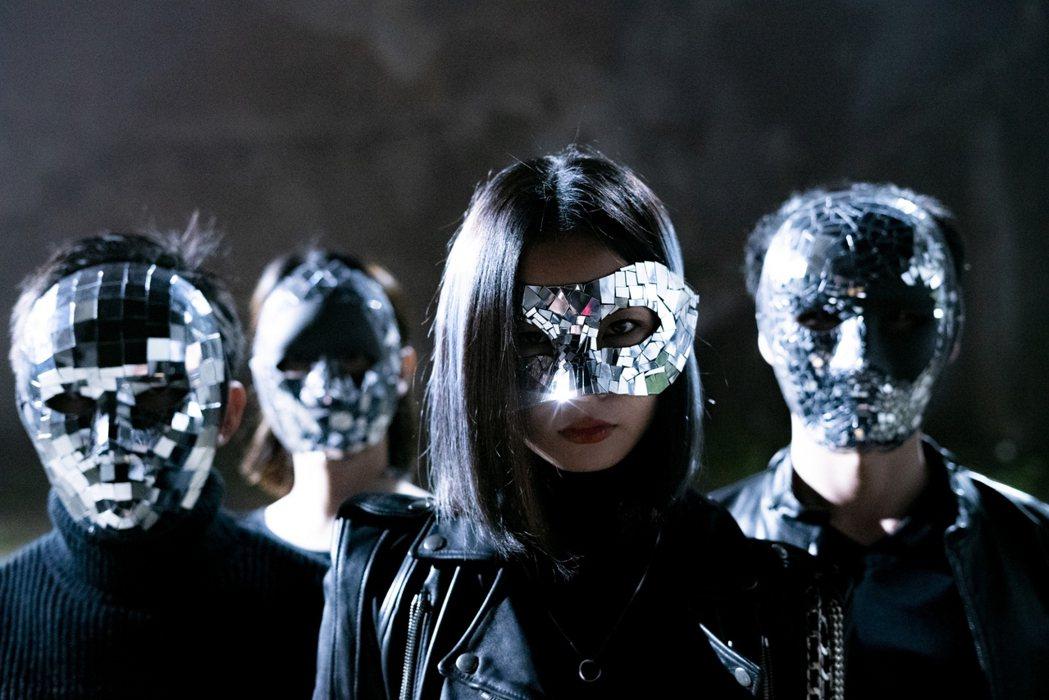 陳忻玥(右二)在MV中戴上面具。圖/陶山音樂提供