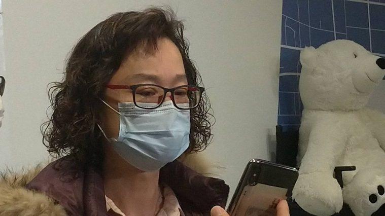 陳太太與滯留在武漢的小叔視訊時飆淚,表示88歲的老媽媽每天都到小叔住處。記者林宸...