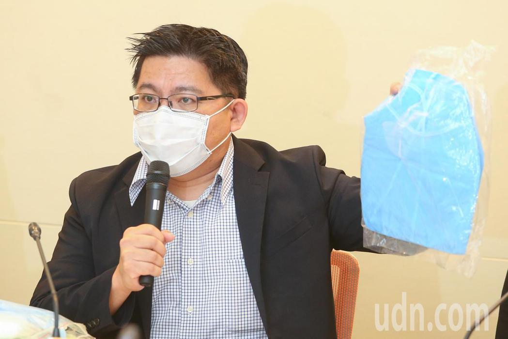 時代力量立法委員邱顯智上午舉行記者會呼籲政府應該給足醫檢師防水隔離衣,目前用的一...