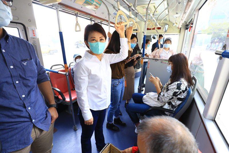 台中市長盧秀燕一早從市政府搭乘公車到忠明國小,一共3站,視察搭乘大眾運輸市民有無強制戴口罩,乘客都願意配合。圖/台中市新聞局提供