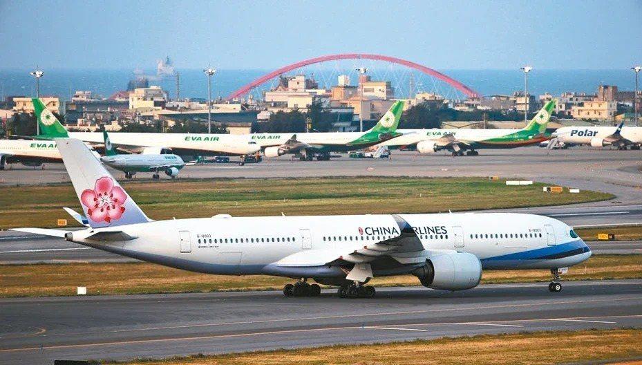 長榮航空、中華航空皆在官網發布最新改、退票作業辦法。本報資料照片