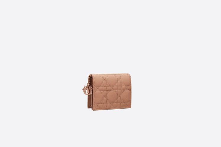 Lady Dior Ultra Matte粉膚色小牛皮零錢包,售價20,000元...