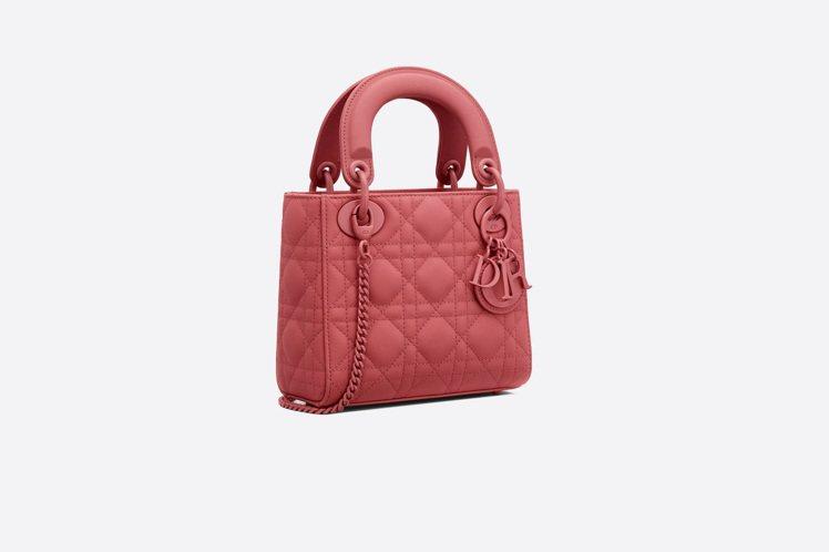 Lady Dior mini Ultra Matte蜜桃粉籐格紋小牛皮鍊帶包,售...