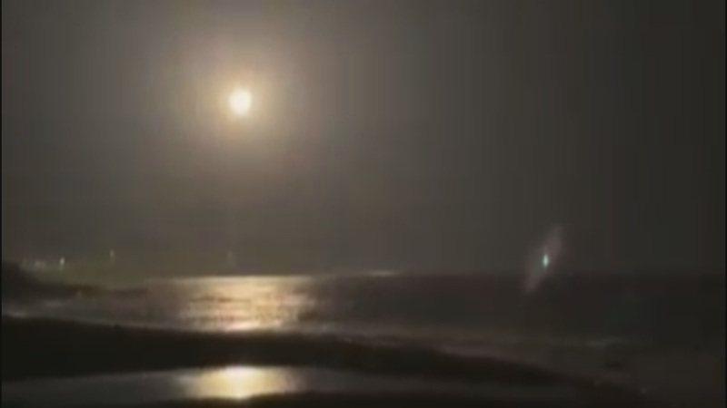 台東昨天晚上近8點天空傳出神秘轟聲巨響,原來國家中山科學研究院在東南部外海進行火砲射擊,試射過程被民眾拍下。圖/擷取自民眾陳世春影片