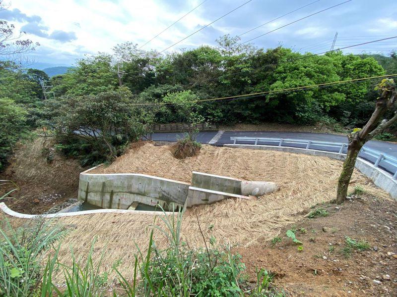 農業局表示,夢湖路因大雨與颱風影響,邊坡崩塌,汐止區公所先將土石清除,市府立即規劃工程,修復損壞邊坡。圖/新北市農業局提供