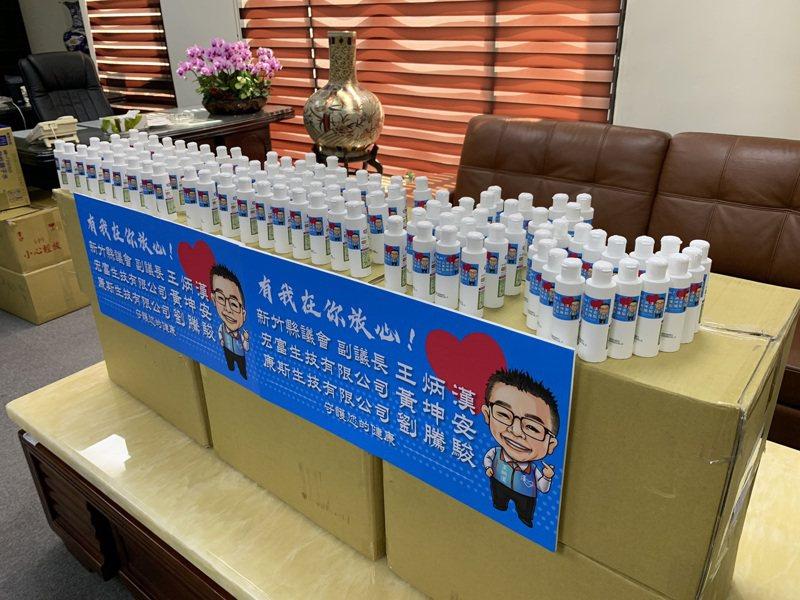 新竹縣副議長王炳漢辦公室結合民力,提供3800多瓶「茶樹乾洗手凝膠」隨身瓶,免費贈送給竹北市西區7所國中、小學。記者陳斯穎/攝影