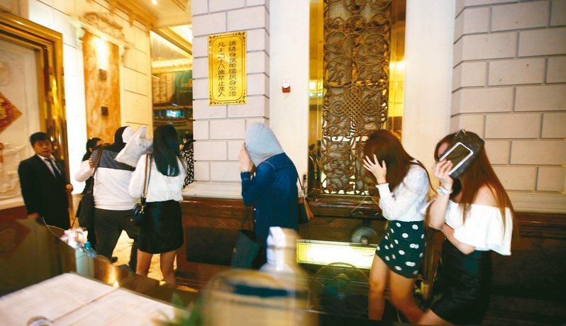為防堵新冠肺炎擴散,指揮中心下令全國酒店舞廳暫時停業,副指揮官陳宗彥今(10日)表示,截至目前共有437家業者停業,將視疫情狀況才能決定停業期限。 聯合報系資料照/記者劉學聖攝影