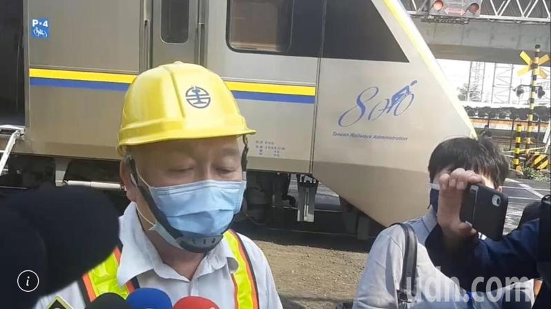 台鐵高雄運務段副段長吳良軍說,發生事故的火車上約有百多旅客,都用捷運接駁的方式送到橋頭站搭車。記者賴郁薇/攝影