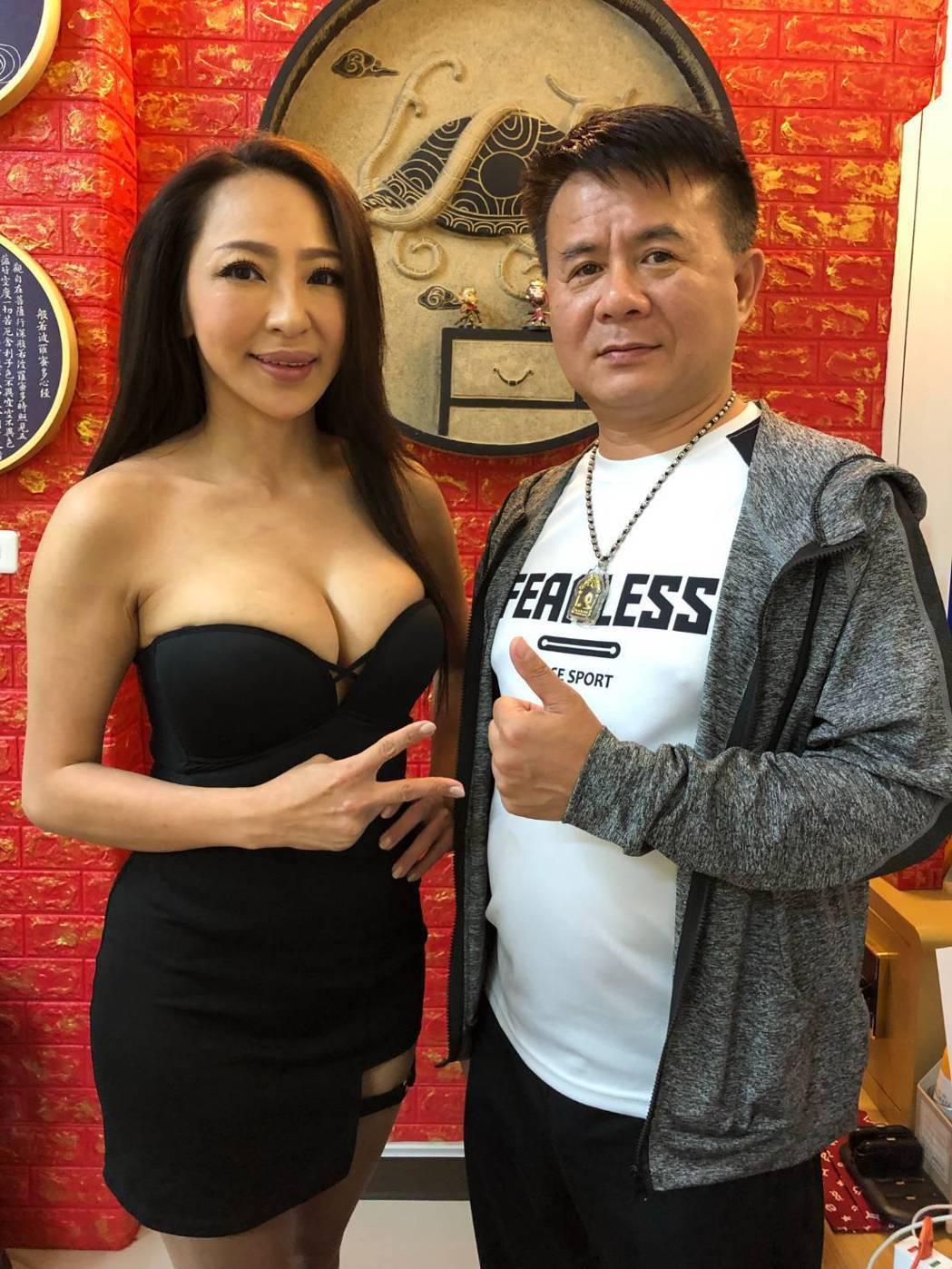 妞妞(左)獲得馬慶偉董事長(右)賞識,邀她代言產品。圖/酷思玩創意工作室提供