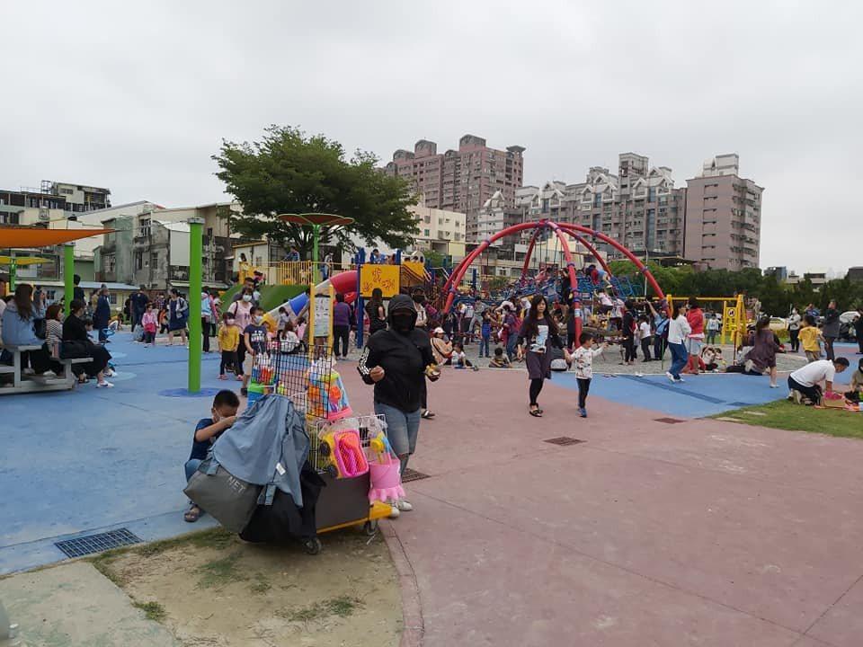 彰化市兒童公園在清明連假時,擠滿遊憩的人潮,為避免成為防疫破口,彰化市長林世賢今...