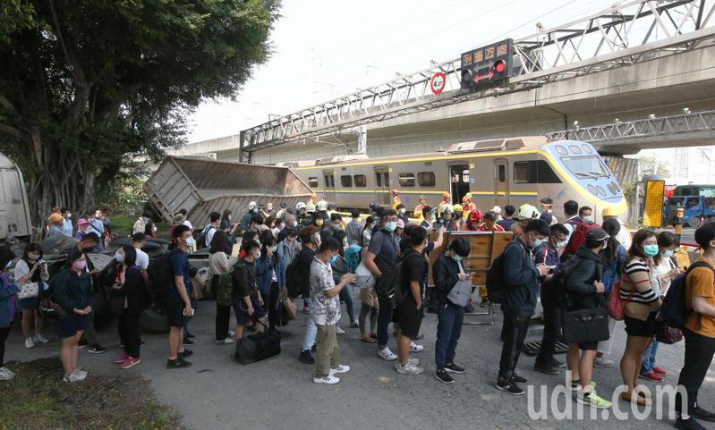 台鐵3198次區間車在高雄新左營站和楠梓站之間發生事故,台鐵對旅客行程受延誤表達歉意。記者劉學聖/攝影