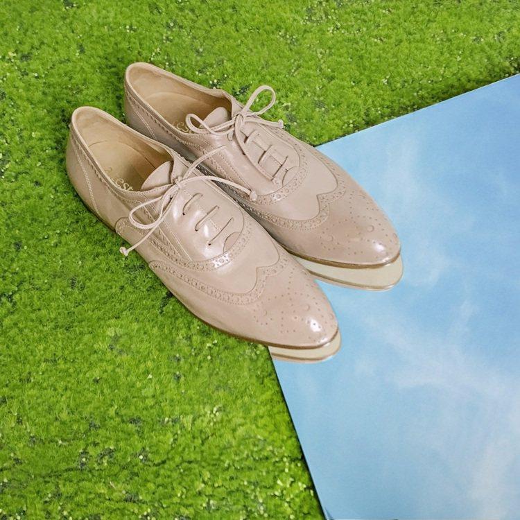 使用粉色系為主色的牛津雕花鞋,帶來古典卻輕盈的年輕氣息,25,800元。圖 / ...