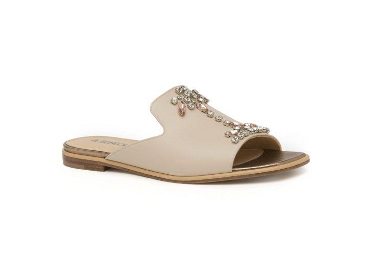 a.testoni夏日平底露趾涼鞋,裝飾以閃亮水晶,穿脫走跳便利。圖 / a.t...