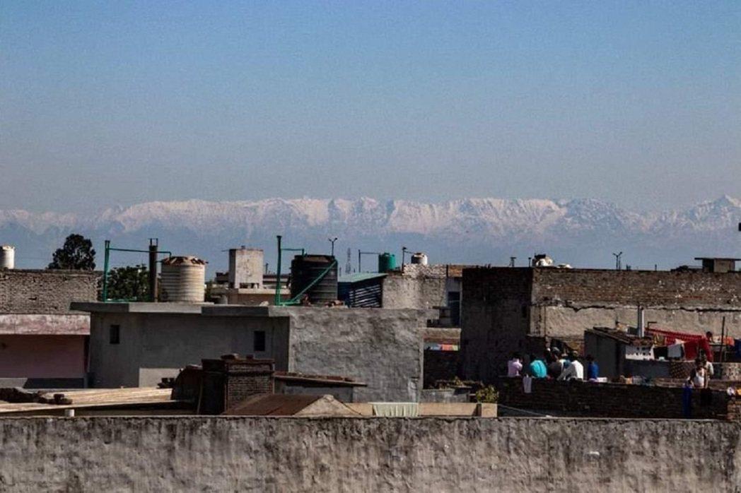 印度總理莫迪下令全國自3月25日起預防性封城,也讓空汙大幅緩解。北部旁遮普邦賈蘭...