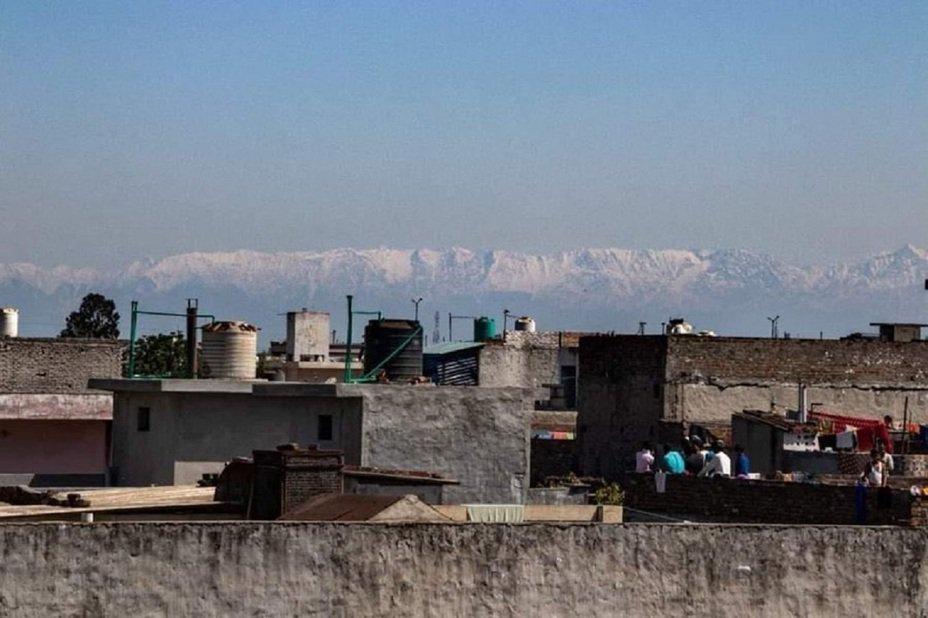 印度總理莫迪下令全國自3月25日起預防性封城,也讓空汙大幅緩解。北部旁遮普邦賈蘭哈市一帶居民數十年來首次清楚看到喜馬拉雅山脈。畫面翻攝:Twiiter/Deewalia