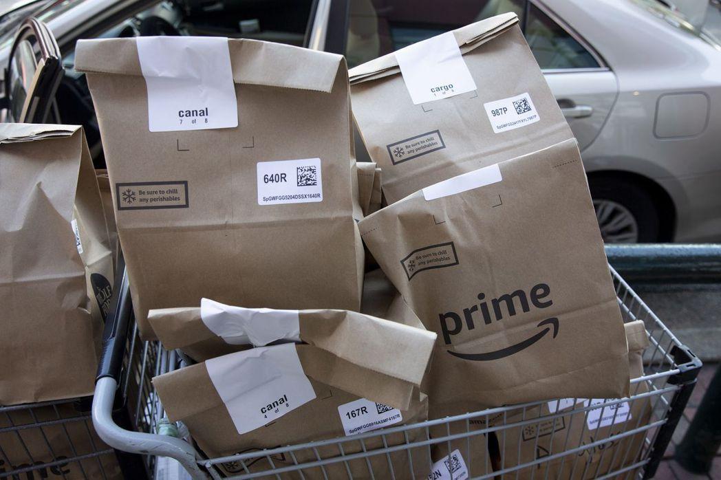 民眾囤購物資居家避疫,亞馬遜Prime會員訂購的Whole Foods生鮮食品裝...