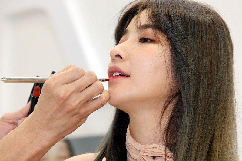 新冠肺炎疫情延燒,台灣人外出幾乎都會戴口罩,觀察景氣的指標之一「口紅指數」(lipstick index)恐不適用,消費轉為偏重防疫、養生。圖/聯合報系資料照片