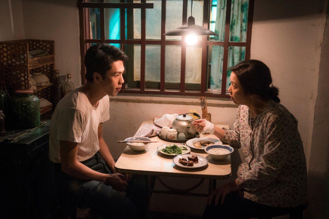 楊貴媚、李鴻其在「虎尾」中飾演一對單獨相依為命的母子。圖/Netflix提供
